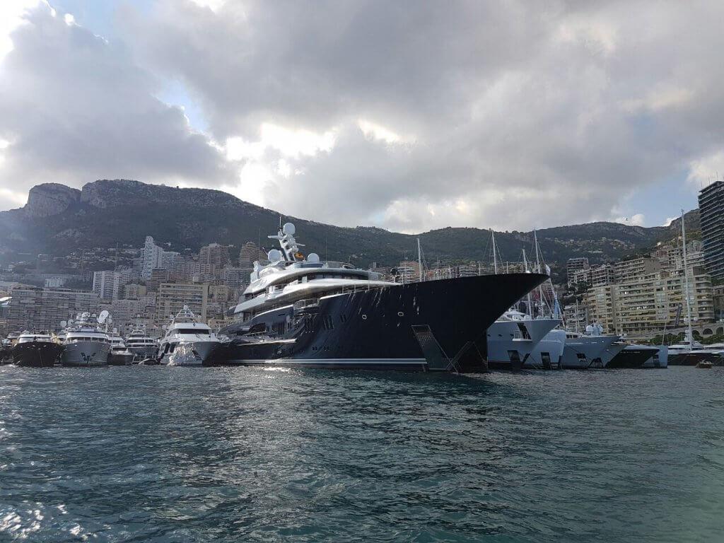 Яхты на выставке в Монако